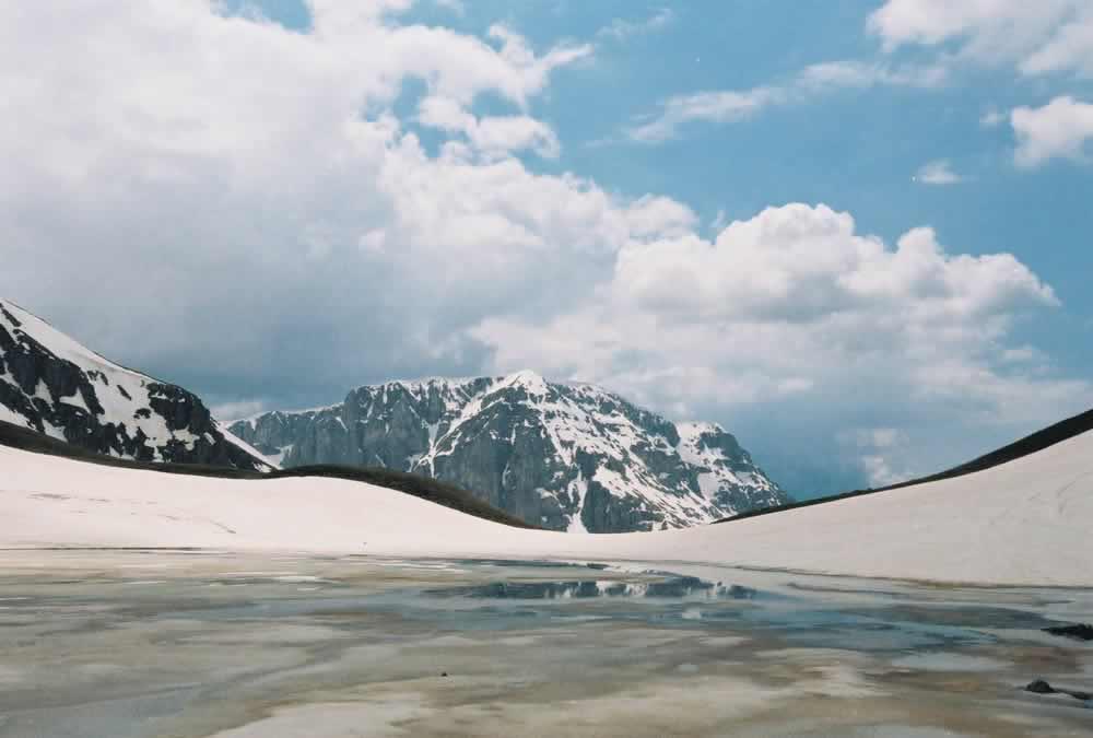 Η παγωμένη Δρακόλιμνη στην Τύμφη