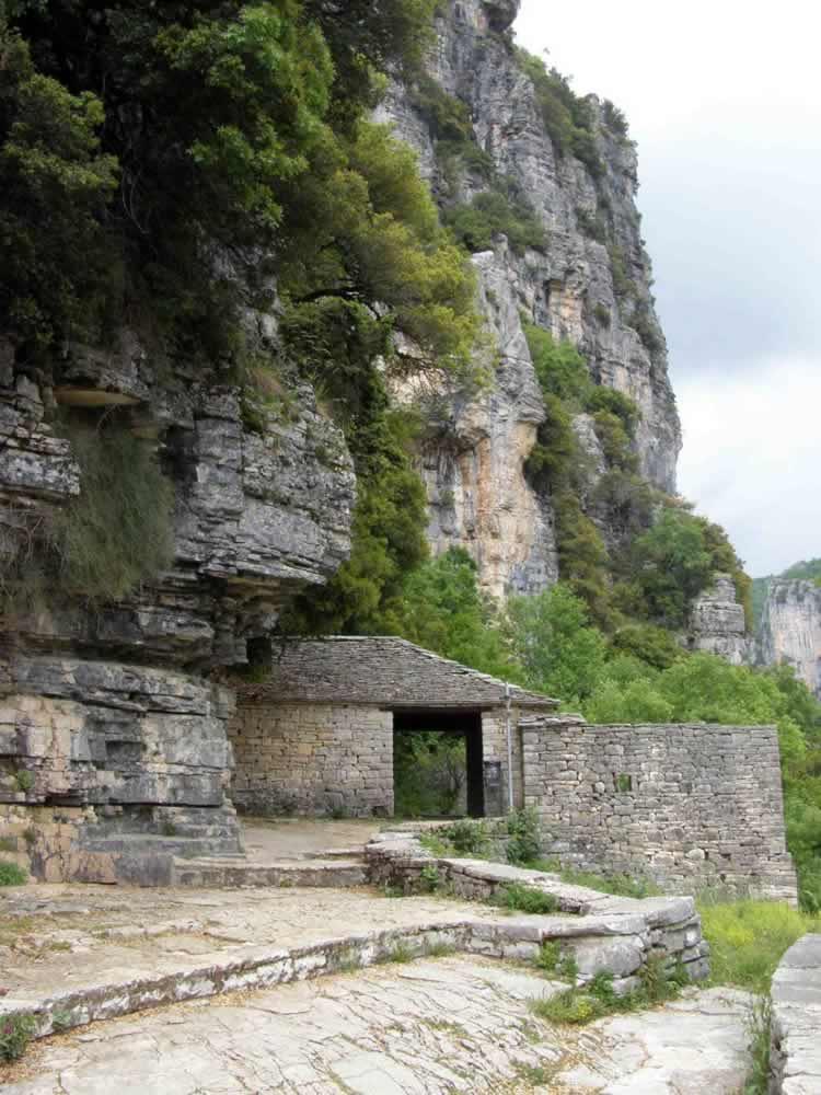 Ο επισκέπτης μπορεί να θαυμάσει μοναστήρια, ξωκλήσια, γεφύρια όλα κατασκευασμένα με πέτρα, το υλικό που πλούσια προσέφερε η περιοχή και δουλευτήκαν με τέχνη και αγάπη δίνοντας εκπληκτικές κατασκευές που αντέχουν σε πείσμα των καιρών. Στην φωτογραφία εικονίζεται η είσοδος τής Μονής Αγ. Παρασκευής στο Μονοδένδρι