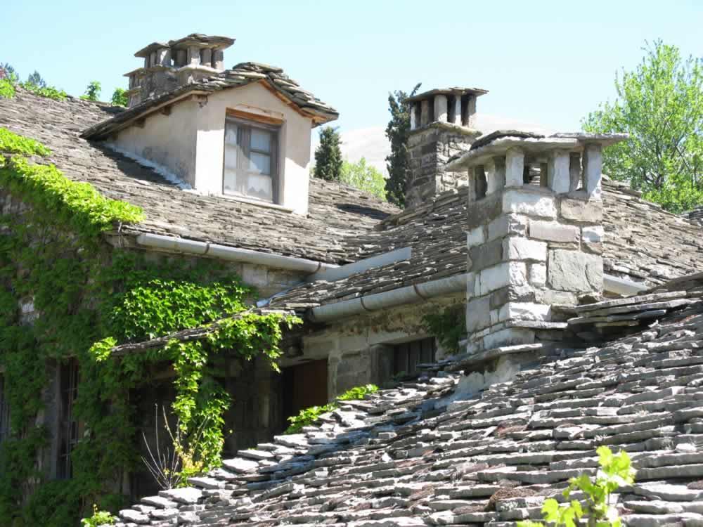 Le salon cosy de l'hôtel à Papigo, Zagori, et notre beau jardin sont toujours disponibles pour la lecture, la relaxation, jeux de table et quelques fois, des projections de films