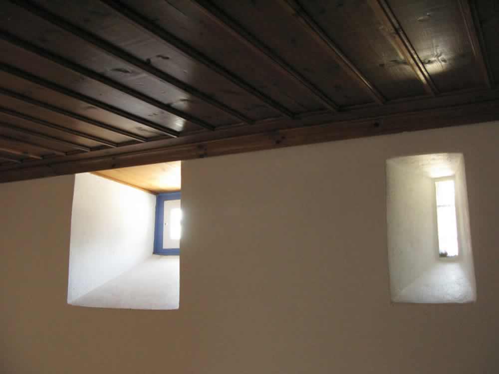 Les murs épais isolent les invités de la chaleur de l'été ou l'hiver froid pendant leur séjour à l'hôtel traditionnel Saxonis Maisons à Megalo Papigo