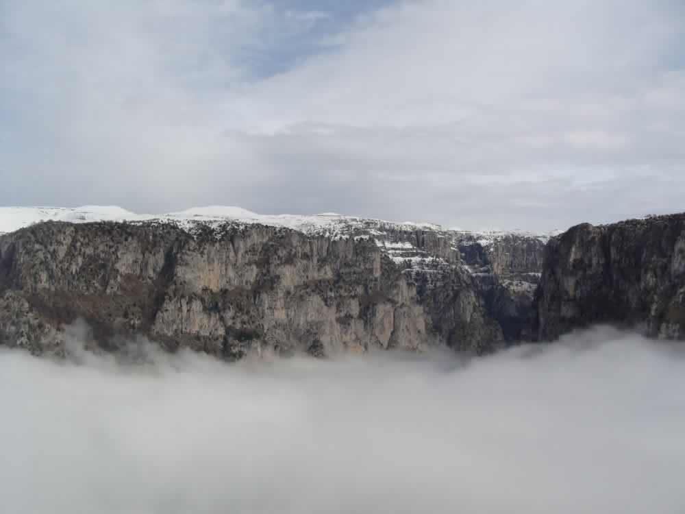 Το φαράγγι τού Βίκου καλυμμένο από ομίχλη το χειμώνα