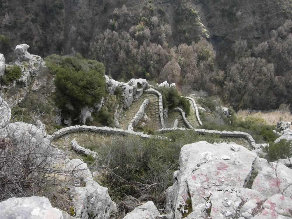 Η σκάλα τού Βραδέτου που συνδέει το Καπέσοβο και το Βραδέτο